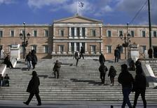 Personas caminan en Syntagma Square en la ciudad de Atenas. Imagen de archivo, 6 enero, 2015. Timos Tzannes, dueño de lujosas tiendas de relojes y accesorios en Grecia, había estimado el año pasado un alza de un 25 por ciento en ventas para el próximo año fiscal y había planeado distribuir bonos entre el personal por primera vez desde 2008. REUTERS/Alkis Konstantinidis