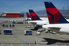 Delta Air Lines a accusé une perte de 712 millions de dollars (615 millions d'euros) au quatrième trimestre due en grande partie à ses frais de couverture de ses coûts de carburant, un facteur qui devrait au contraire lui être favorable en 2015 /Photo d'archives/REUTERS/Lucas Jackson