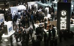 International Business Machines a publié un chiffre d'affaires trimestriel inférieur aux estimations des analystes financiers, conséquence d'une demande encore chancelante sur les segments des serveurs et du stockage. IBM a précisé prévoir pour 2015 un bénéfice d'exploitation de 15,75 à 16,50 dollars par action, inférieur à la moyenne des estimations d'analystes recueillies par Thomson Reuters I/B/E/S, qui ressort à 16,51 dollars. /Photo prise le 26 février 2014/REUTERS/Albert Gea
