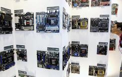 Le fabricant américain de semi-conducteurs Advanced Micro Devices (AMD) a annoncé mardi une baisse de 22% de son chiffre d'affaires trimestriel, conséquence de la faiblesse continue du marché des PC et de la concurrence d'Intel. /Photo d'archives/REUTERS/Pichi Chuang