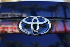 Toyota anticipe une légère baisse de ses ventes cette année, une évolution qui pourrait permettre à Volkswagen de lui ravir la place de premier constructeur mondial. /Photo prise le 17 novembre 2014/REUTERS/Lucy Nicholson