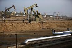 Станки-качалки на нефтяном месторождении в Бэйкерсфилде, штат Калифорния. 18 января 2015 года. Падение цен на нефть лишает небольшие нефтяные и газовые компании возможности размещения акций на бирже, вынуждая их либо воспользоваться более дорогостоящими видами финансирования, либо отложить проекты до лучших времен. REUTERS/Lucy Nicholson