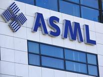 ASML, numéro deux mondial des équipements de production de semi-conducteurs, a dégagé des résultats supérieurs aux attentes au titre du quatrième trimestre, en mettant en avant une demande meilleure que prévu des fabricants de mémoire. /Photo d'archives/REUTERS/Michael Kooren