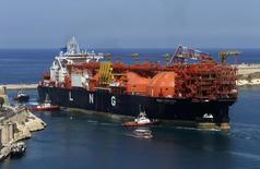 Плавучий СПГ-терминал FSRU Toscana в порту Валетты. 1 июля 2013 года. В ближайшие два года произойдет рекордный рост поставок сжиженного природного газа (СПГ), в основном в Азии, который будет давить на цены, упавшие в два раза за последний год, прогнозирует аналитическая фирма Alliance Bernstein. REUTERS/Darrin Zammit Lupi
