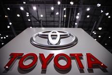 Стенд Toyota на автосалоне в Женеве. 2 марта 2010 года. Toyota Motor Corp сообщила в среду, что ждет небольшого падения продаж автомобилей в 2015 году, в результате чего японский автоконцерн может уступить лидерство Volkswagen AG. REUTERS/Valentin Flauraud