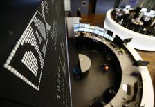 """Электронное табло на фондовой бирже во Франкфурте-на-Майне. 19 января 2015 года. Европейские фондовые рынки прервали четырехдневное ралли, вызванное надеждой на """"количественное смягчение"""" Европейского центробанка. REUTERS/Kai Pfaffenbach"""