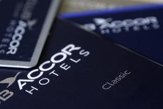 Accor prend 1,49% vers 12h40 à la Bourse de Paris tandis que le CAC recule de 0,21%.  Le groupe hôtelier a accéléré la cadence au quatrième trimestre grâce à de solides performances en Europe du Nord et du Sud qui lui ont permis de réviser en légère hausse sa prévision de résultat opérationnel 2014. /Photo d'archives/REUTERS/Jacky Naegelen