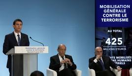 """Deux semaines après les attentats qui ont endeuillé la France, le gouvernement a décrété mercredi une """"mobilisation générale"""" contre le terrorisme, annonçant la création de 2.680 emplois et le déblocage de 736 millions d'euros sur trois ans pour mieux lutter contre une menace qui """"pèse en permanence"""".  /Photo prise le 21 janvier 2015/REUTERS/Philippe Wojazer (FRANCE  - Tags: POLITICS CRIME LAW)"""