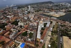 Vista aérea de la ciudad de Cartagena . Imagen de archivo, 10 abril, 2012. Colombia planea vender un nuevo bono a 30 años denominado en dólares y fijó el precio inicial para la colocación en el área de 280 puntos básicos sobre los papeles equivalentes en plazo del Tesoro de Estados Unidos, dijeron fuentes del mercado a IFR. REUTERS/Jose Miguel Gomez