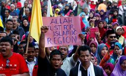 Muslim demonstrators chant slogans outside Malaysia's Court of Appeal in Putrajaya, outside Kuala Lumpur, March 5, 2014. REUTERS/Samsul Said