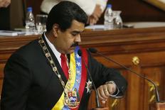 El presidente de Venezuela, Nicolás Maduro, mira su reloj mientras da su discurso anual en la Asamblea Nacional en Caracas, 21 de enero de 2015. Venezuela reorganizará su sistema de cambios controlado, dijo el miércoles el presidente Nicolás Maduro, buscando rendir los mermados dólares que le entran al país por la venta de petróleo, su principal fuente de divisas. REUTERS/Jorge Silva