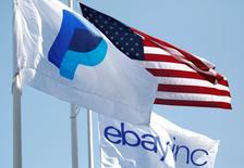 EBay a annoncé son intention de réduire ses effectifs de 7%, soit 2.400 emplois, sur le trimestre en cours.  Le groupe a conclu un accord avec l'investisseur activiste Carl Icahn accordant plus de pouvoir aux actionnaires de sa filiale de paiements PayPal après sa scission, tout en ajoutant qu'il étudie la possibilité de vendre ou d'introduire en Bourse son activité professionnelle. /Photo d'archives/REUTERS/Beck Diefenbach