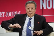 Zhou Xiaochuan, gobernador del Banco Popular de China, durante un evento en Davos, 21 enero, 2015.  Un crecimiento algo más lento en el 2015 permitiría que la economía china consolide las reformas y sea más estable, dijo el miércoles el jefe del banco central de China después de que el país reportó su tasa de expansión más baja en 24 años.  REUTERS/Ruben Sprich