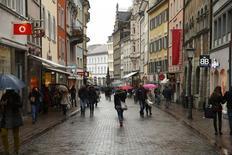 Personas caminan en una calle comercial en el pueblo alemán de Konstanz . Imagen de archivo, 17 enero, 2015. La confianza de los consumidores de la zona euro aumentó en 2,4 puntos a -8,5 en enero, según cifras dadas a conocer el jueves por la Comisión Europea. REUTERS/Arnd Wiegmann