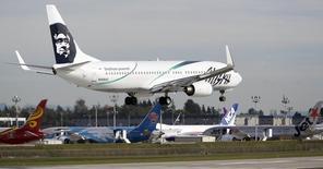 Un avión de Alaska Airlines en el aeropuerto Paine Field en Everett, Washington. Imagen de archivo, 4 octubre, 2014.  Las aerolíneas estadounidenses ofrecieron un panorama optimista para sus resultados del primer trimestre, alentadas en gran medida por el desplome de los precios del combustible. REUTERS/Jason Redmond