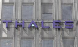 Thales a annoncé vendredi que le constructeur naval militaire DCNS, dont il détient 35%, prévoyait désormais pour 2014 une perte nette de l'ordre de 300 millions d'euros en raison de charges et provisions liées aux activités dans l'énergie et à certains programmes navals. /Photo d'archives/REUTERS/Charles Platiau