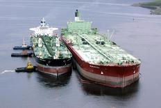 """Нефтеналивной танкер рядом с плавучим нефтехранилищем """"Белокаменка"""" в Кольском заливе 19 июня 2006 года. Китай в декабре импортировал рекордный объем российской нефти, воспользовавшись падением спотовых цен до многолетних минимумов. Sergei Karpukhin / Reuters"""