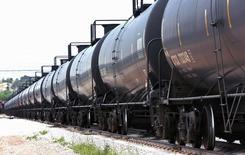 Состав с нефтью на перегрузочном терминале Eighty-Eight Oil LLC в Вайоминге 15 июля 2014 года. Цены на нефть стабилизируются вблизи нынешних значений, несмотря на избыточное предложение и рост запасов в мире, прогнозирует генеральный директор сырьевого трейдера Mercuria Марко Дунанд. REUTERS/Rick Wilking