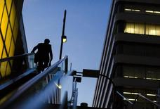 """L'activité du secteur privé dans la zone euro a démarré l'année 2015 sur une note plus vigoureuse que prévu mais les entreprises ont dû continuer à baisser leurs prix, selon les premiers résultats des enquêtes mensuelles Markit auprès des directeurs d'achat. L'indice PMI """"flash"""" composite a atteint un pic de cinq mois à 52,2 contre 51,4 en décembre. /Photo d'archives/REUTERS/Thomas Peter"""