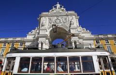 Place du Commece à Lisbonne, où se trouve le ministère des Finances. Le déficit public du Portugal a été réduit de 20% l'an dernier à 7,07 milliards d'euros, un chiffre inférieur de 655 millions à la prévision officielle, grâce à la baisse des dépenses et à des recettes fiscales record. /Photo d'archives/REUTERS/Jose Manuel Ribeiro