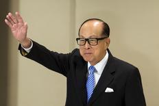 Hong Kong tycoon Li Ka-shing waves after a news conference in Hong Kong January 9, 2015.  REUTERS/Tyrone Siu