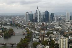 Fotografía de rascacielos del distrito financiero de Fráncfort. Imagen de archivo, 21 octubre, 2014.  El Gobierno de Alemania espera que la economía crezca en casi 1,5 por ciento este año, con respecto a una predicción anterior del 1,3 por ciento, dijo a Reuters una fuente del Gobierno el lunes. REUTERS/Ralph Orlowski