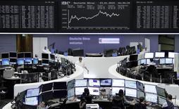 Unos operadores en la bolsa alemana en Fráncfort, ene 23 2015. Las acciones europeas mantuvieron su tendencia alcista el lunes porque los inversores extendieron su optimismo tras el anuncio del programa de alivio cuantitativo del Banco Central Europeo la semana pasada, y pese a la caída de la bolsa griega tras el triunfo de la izquierda en unas elecciones claves. REUTERS/Pawel Kopczynski/remote