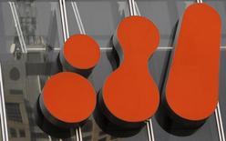 Imagen de archivo del logo de BHP Billiton en su sede de Melbourne, sep 22 2010. Los fuertes recortes en los gastos de inversión en petróleo y gas afectarán a la calificación de destacados proveedores de bienes y servicios como BHP Billiton, Weir Group, ABB y Smiths, informó el lunes la agencia crediticia Moody's.  REUTERS/Mick Tsikas