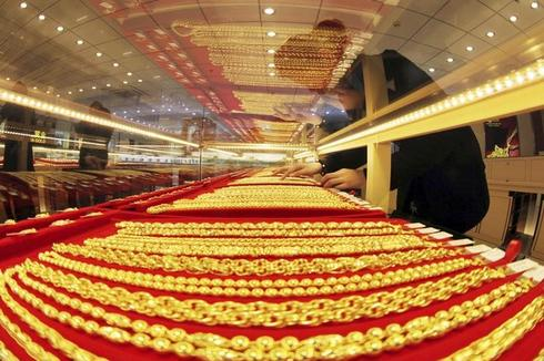 Gold struggles below five-month high as equities firm