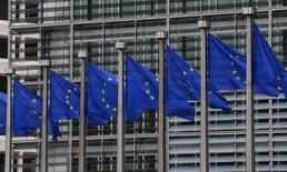 Флаги ЕС у здания Еврокомиссии в Брюсселе. 10 сентября 2014 года. Лидеры Евросоюза во вторник попросили своих министров иностранных дел обсудить на их встрече в четверг возможную реакцию на возобновившиеся бои на востоке Украины, в том числе новые санкции против России. REUTERS/Yves Herman