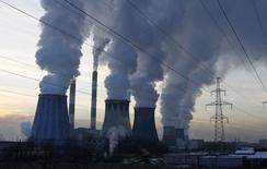 Пар поднимается над трубами ТЭС в Москве 2 декабря 2010 года. Подконтрольная Газпрому столичная генерирующая компания Мосэнерго показала падение производства электроэнергии третий год подряд, закончив 2014 год снижением на 3,4 процента из-за роста перетока из других регионов. REUTERS/Mikhail Voskresensky