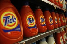 Detergentes Tide, fabricados por Procter & Gamble, en una tienda comercial en Pasadena. Imagen de archivo, 21 enero, 2014. Procter & Gamble Co, el mayor fabricante del mundo de productos para el hogar, reportó una caída del 31 por ciento en sus ganancias trimestrales afectado por la fortaleza del dólar. REUTERS/Mario Anzuoni