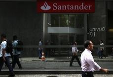 Personas caminan frente a una sucursal del banco Santander en Rio de Janeiro. Imagen de archivo, 19 agosto, 2014. El crecimiento de los libros de créditos de los bancos comerciales de Brasil en 2014 fue el más lento en al menos siete años, ante una actividad económica débil que afectó la demanda por nuevos préstamos. REUTERS/Pilar Olivares