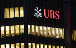 El logo de UBS visto en un edificio en Zurich. Imagen de archivo, 12 noviembre, 2014. UBS revisó a la baja sus proyecciones para el precio promedio del petróleo este año y el próximo, afirmando que la pronunciada ola vendedora en el mercado excedió sus expectativas.  REUTERS/Arnd Wiegmann