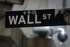 Una señalética de Wall Street fotografiada en las afueras de la bolsa de Nueva York. Imagen de archivo, 9 junio, 2014. Las acciones cotizaban el martes con fuertes bajas en el inicio de operaciones en la bolsa de Nueva York, y los papeles de Microsoft y Caterpillar caían con ímpetu tras reportar sus resultados, mientras que un inesperado declive en los pedidos de bienes duraderos pesaba sobre la confianza. REUTERS/Carlo Allegri