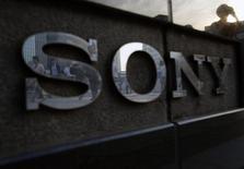 El logo de Sony en un salón de exhibición de la compañía en Tokio, jul 16 2014. Sony Corp planea recortar otros 1.000 puestos de trabajo en su división de teléfonos inteligentes, en su mayoría en Europa y China, reportó el diario de negocios Nikkei.   REUTERS/Yuya Shino