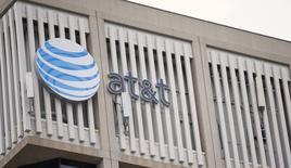 Le géant américain des télécoms AT&T a annoncé une perte nette trimestrielle légèrement moins élevée que prévu, même si les défections d'abonnés au profit d'autres opérateurs se sont accélérées. /Photo prise le 26 janvier 2015/REUTERS/Mario Anzuoni