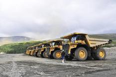 Карьерные самосвалы на предприятии Северо-Западной фосфорной компании в Мурманской области. 24 июля 2012 года. Российский агрохимический холдинг Акрон в 2014 году сократил выпуск минеральных удобрений на 3,1 процента в годовом исчислении до 5,1 миллиона тонн из-за ремонтов на своих производственных площадках, сообщила компания в среду. REUTERS/Andrey Kuzmin