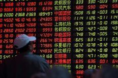 Розничные инвесторы в брокерской конторе в Шанхае. 15 декабря 2014 года. Азиатские фондовые рынки, кроме Китая, выросли в среду за счет локальных факторов. REUTERS/Aly Song
