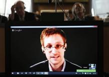Edward Snowden visto em tela durante videoconferência com memntos do Conselho Europeu, em Bruxelas. 08/01/2014 REUTERS/Vincent Kessler