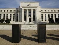 """La Réserve fédérale a répété mercredi qu'elle adopterait une position """"patiente"""" en vue d'un premier relèvement de ses taux directeurs et a affirmé que la croissance américaine restait """"solide"""" malgré les perturbations ailleurs dans le monde. /Photo prise le 28 octobre 2014/REUTERS/Gary Cameron"""