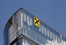 Офис Raiffeisen Bank International в Вене. 21 августа 2014 года. Raiffeisen Bank International (RBI) планирует увеличить капитал посредством сокращения объема рискованных активов по меньшей мере на 20 процентов, что отразится на его бизнесе в России, сообщил банк. REUTERS/Heinz-Peter Bader