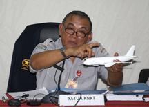 Tatang Kurniadi, chefe do Comitê Nacional de Segurança no Transporte, em entrevista coletiva em Jacarta. 29/01/2015 REUTERS/Darren Whiteside