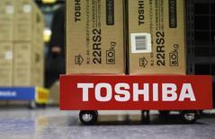 Toshiba arrête la fabrication et de la commercialisation de ses téléviseurs en Amérique du Nord et envisage de se retirer d'autres marchés, en raison de l'intensification de la guerre des prix sur ce segment./Photo d'archives/REUTERS/Shohei Miyano