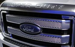 El logo de Ford visto en un automóbil durante una feria en Washington. Imagen de archivo, 22 enero, 2015.  Las ganancias trimestrales del fabricante de automóviles Ford Motor Co superaron el jueves las expectativas de Wall Street y la empresa mantuvo sus estimaciones de utilidades para 2015. REUTERS/Gary Cameron