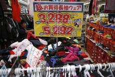 Magasin de vêtements à Tokyo. L'inflation sous-jacente a ralenti au Japon en décembre, pour le cinquième mois d'affilée, et son rythme devrait continuer à baisser avec l'effondrement des cours du pétrole pour s'éloigner encore de l'objectif de hausse des prix de 2% de la Banque du Japon, en dépit de signes de redressement de l'économie./Photo prise le 27 octobre 2014/REUTERS/Issei Kato