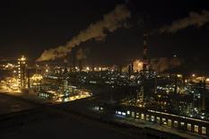 НПЗ Башнефти под Уфой. 29 января 2015 года. Аналитики снизили прогноз цен на нефть в 2015 году, ожидая, что среднегодовая цена будет ниже, чем во время мирового финансового кризиса. REUTERS/Sergei Karpukhin