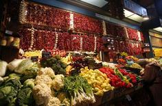 Un puesto de vegetales en el mercado de Budapest, nov 20 2013. Cosechas récord y la caída de los precios del petróleo han ayudado a que los precios de los alimentos bajen a un mínimo de cuatro años, mejorando el acceso a ellos en casi tres cuartas partes de los países encuestados, según datos de Economist Intelligence Unit (EIU).  REUTERS/Laszlo Balogh