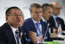En la imagen, el ministro de economía ruso habla en primer plano en una conferencia ofrecida en Moscú el 14 de enero de 2015. El ministro de Economía de Rusia dijo el sábado que espera que el producto interior bruto del país caiga un 3 por ciento este año, en una perspectiva más optimista que la de muchos analistas que esperan una caída de entre el 4 y el 5 por ciento. REUTERS/Sergei Karpukhin