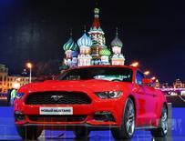 El director financiero de Ford Motor Co prevé continuos problemas en Rusia, donde el desplome del rublo y la débil economía están presionando su cuota de mercado, según el diario alemán Handelsblatt. En la imagen, un Ford Mustang 2015 en el Salón Internacional del Automóvil de Moscú en Krasnogorsk, fuera de Moscú, el 27 de agosto de 2014. REUTERS/Sergei Karpukhin